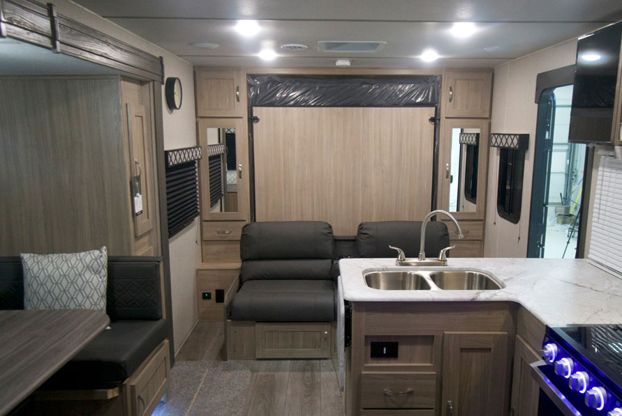 Coachmen Freedom Express Ultra Lite 238bhs bed